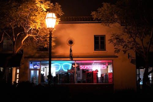 dükkan, gece, Güneş gözlüğü, sokak içeren Ücretsiz stok fotoğraf