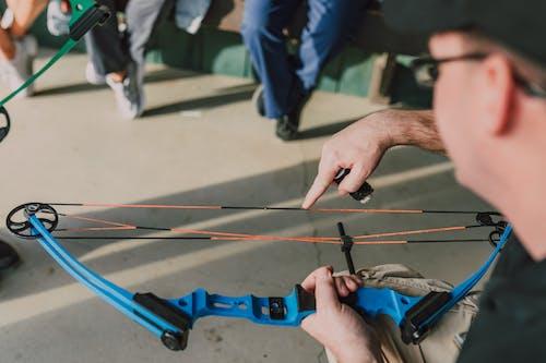 Foto profissional grátis de arco composto, arco e flecha, arqueiro