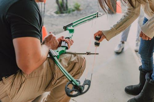 Foto profissional grátis de arco composto, arco e flecha, cera