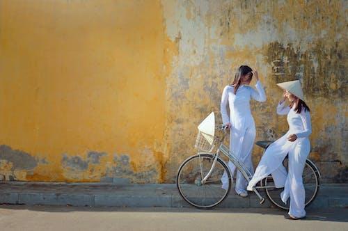 Darmowe zdjęcie z galerii z ao dai, azjatki, biała sukienka