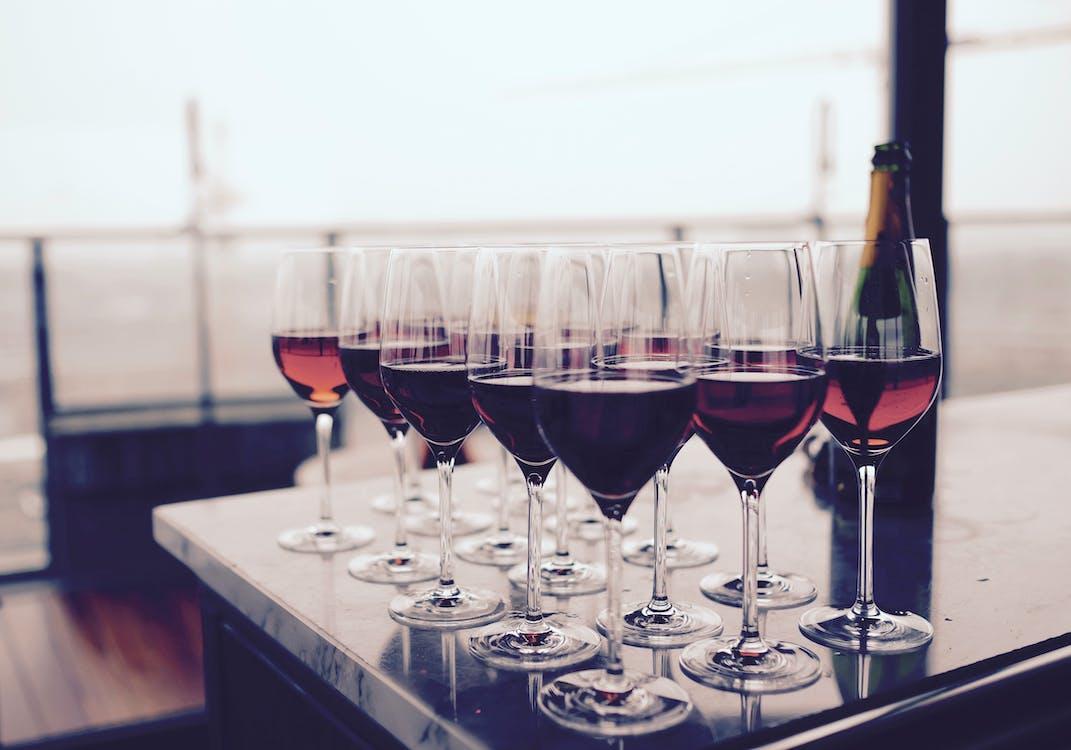 Gratis arkivbilde med alkoholholdig drikkevare, arrangement, bar