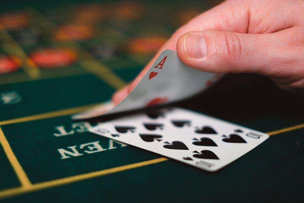 Slechts een van de twee kaarten van de dealer zijn zichtbaar voor de spelers