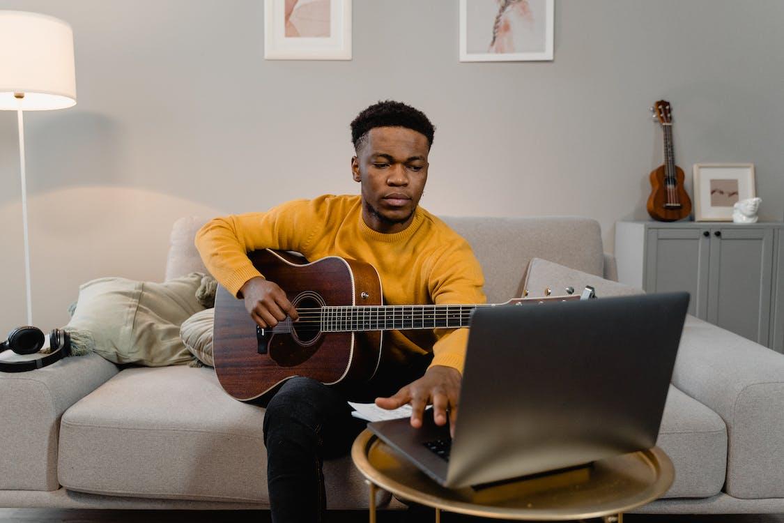 Kostenloses Stock Foto zu afroamerikanischer mann, akustische gitarre, drinnen