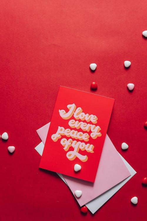 Fotos de stock gratuitas de carta, flatlay, materiales en forma de corazón