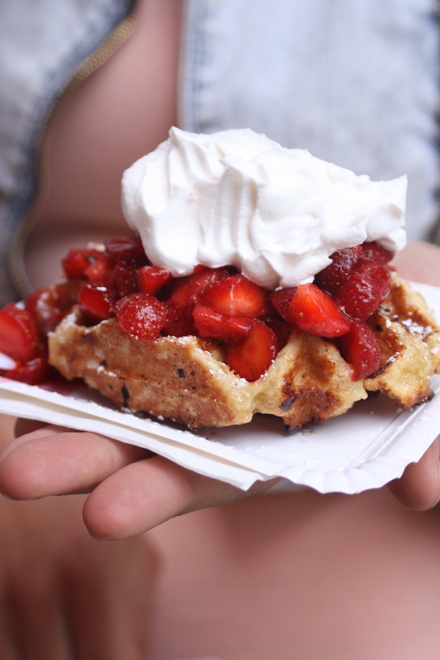 Gratis stockfoto met aardbeien, bakken, besjes, cake