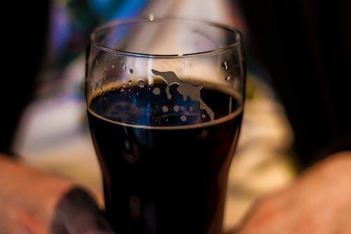 Photos gratuites de bar, bière, bière brune, verre
