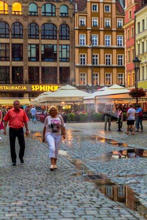 eski kasaba, insanlar, kasaba merkezi, lokantalar içeren Ücretsiz stok fotoğraf