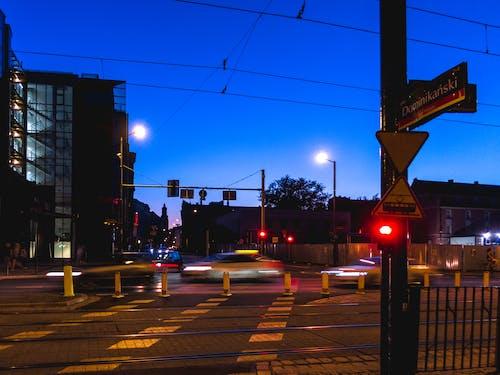 akşam, arabalar, ışıklar, Kent içeren Ücretsiz stok fotoğraf