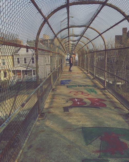 Darmowe zdjęcie z galerii z brama, chodzenie, deskorolka, domy