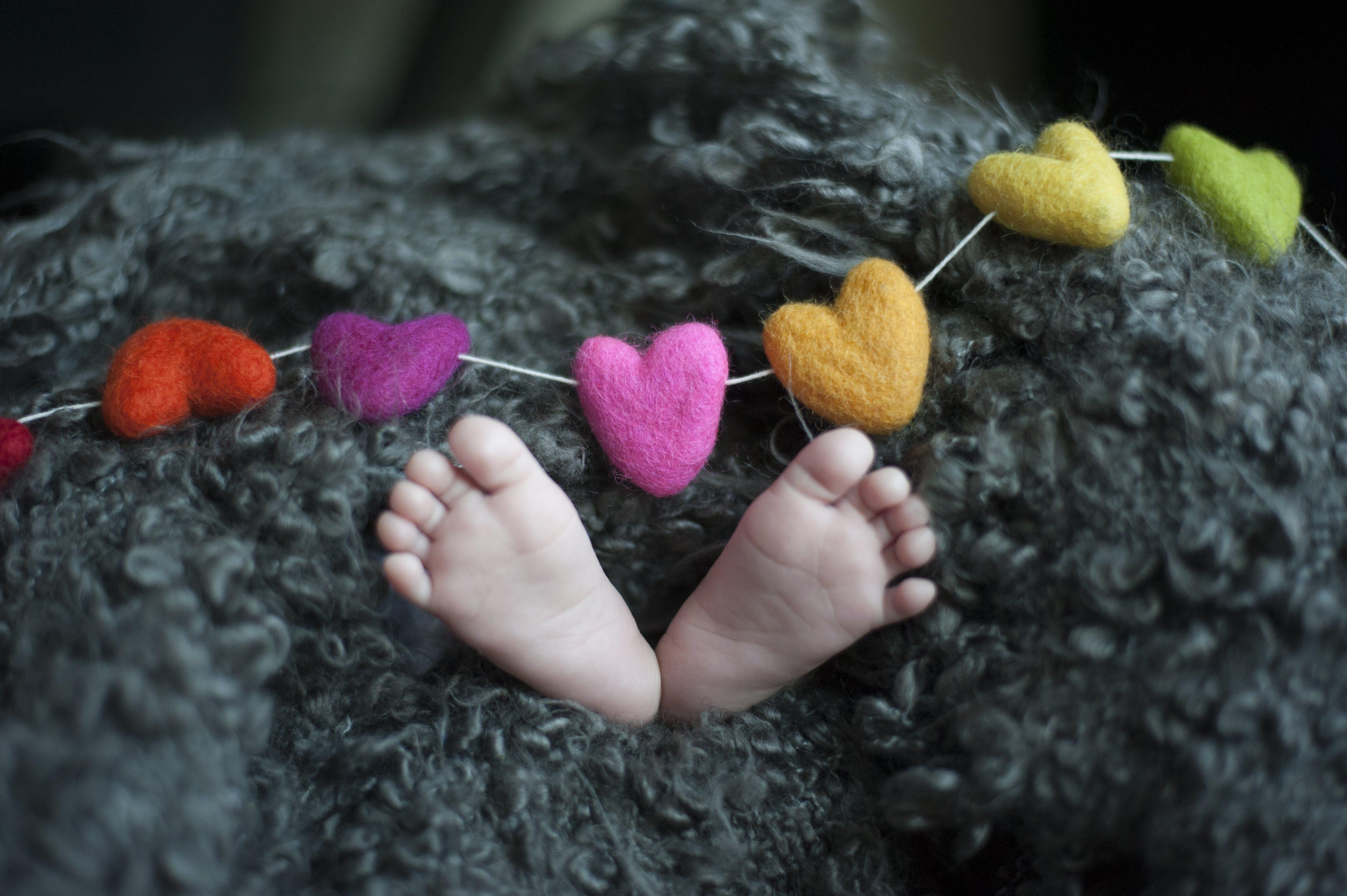 Kostenloses Stock Foto zu babyfüße, drinnen, dunkel, farben