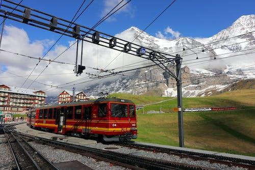 dağ, elektrikli tren, eski kasaba içeren Ücretsiz stok fotoğraf