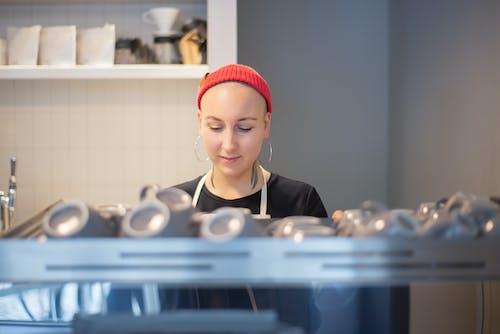 Kostnadsfri bild av anställd, arbetssätt, barista
