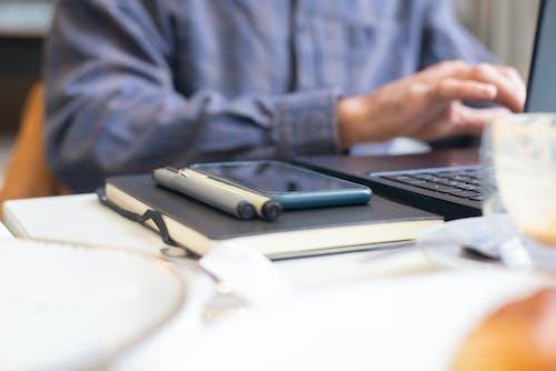 Gratis stockfoto met balpennen, blauwe lange mouwen, computer