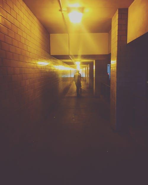 Darmowe zdjęcie z galerii z chodnik, chodzenie, ciemny, deskorolka