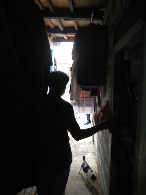 gecekondu mahallesi, insanlar içeren Ücretsiz stok fotoğraf