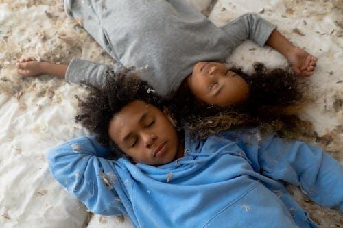 Kostenloses Stock Foto zu afroamerikaner, aufsicht, augen geschlossen