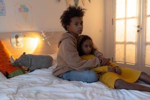 Gratis stockfoto met afro-amerikaanse kinderen, binden, binnen