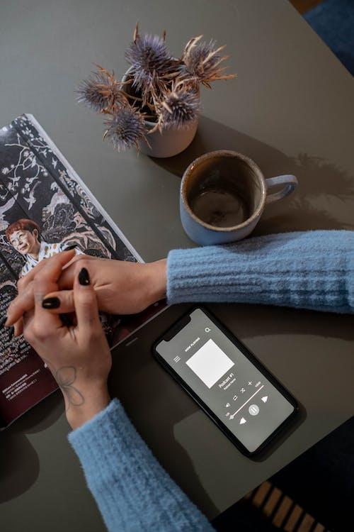cep telefonu, Çiçekler, dergi içeren Ücretsiz stok fotoğraf