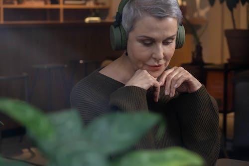 Δωρεάν στοκ φωτογραφιών με ακουστικά, ακούω, ακρόαση