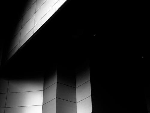 Kostenloses Stock Foto zu gebäude, mauer, perspektive, schwarz und weiß