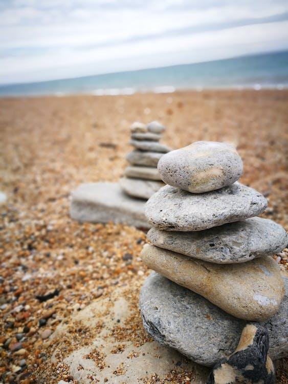 kamenná věž, kameny, oblázková pláž