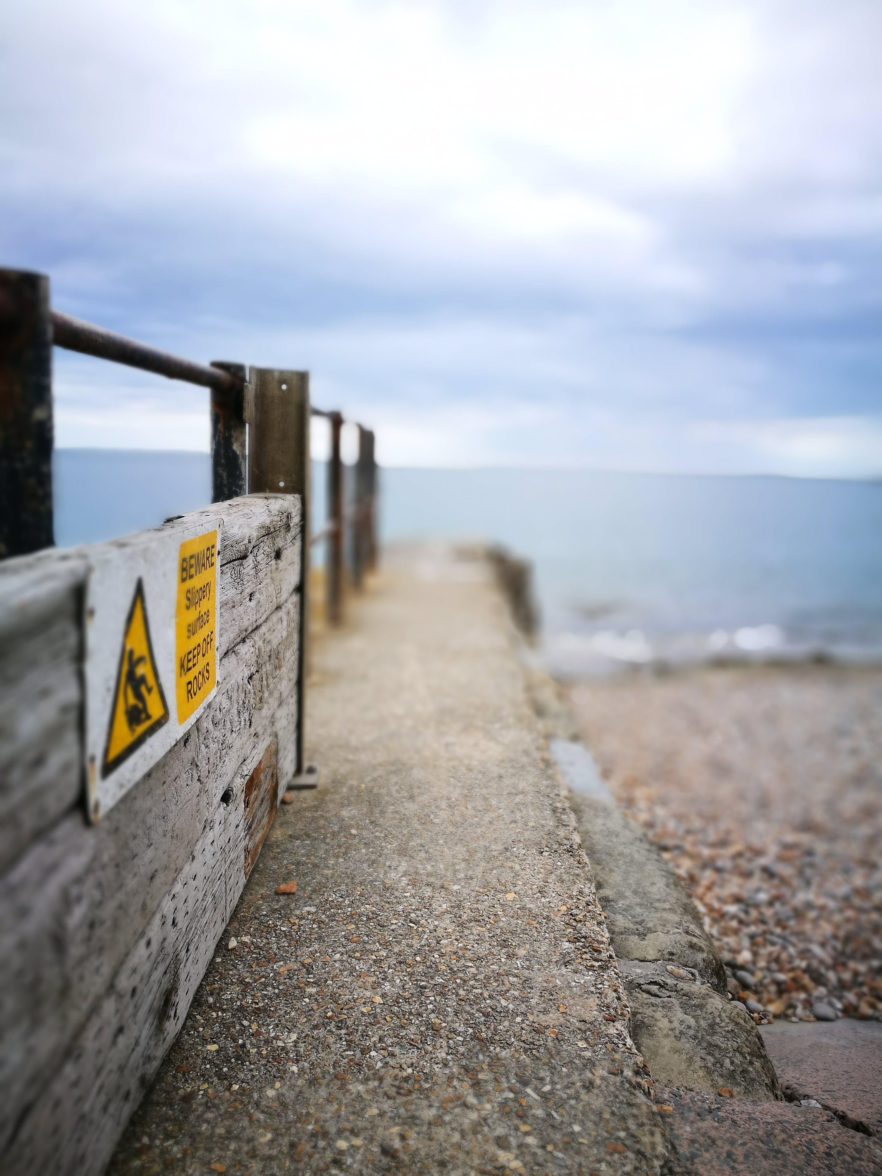 Gratis lagerfoto af advarselsskilt, gade, hav, havudsigt