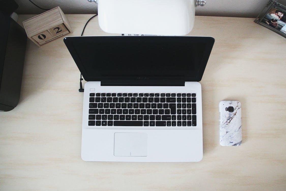 Macbook à Côté Du Smartphone Sur Le Bureau