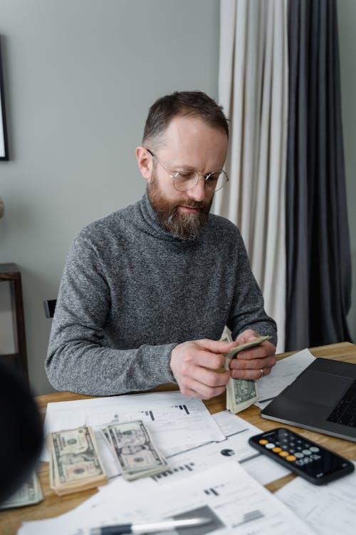 Kostenloses Stock Foto zu banknoten, bargeld, bärtiger mann