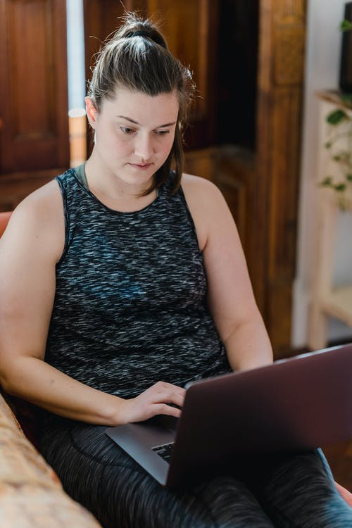 Женщина, использующая свой ноутбук