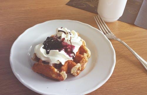 Základová fotografie zdarma na téma borůvková omáčka, dánská vafle, jídlo, šlehačka
