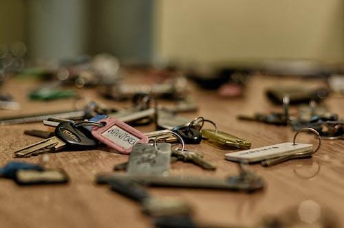 Fotobanka sbezplatnými fotkami na tému kľúče, kľúčové reťaze, makro, stôl