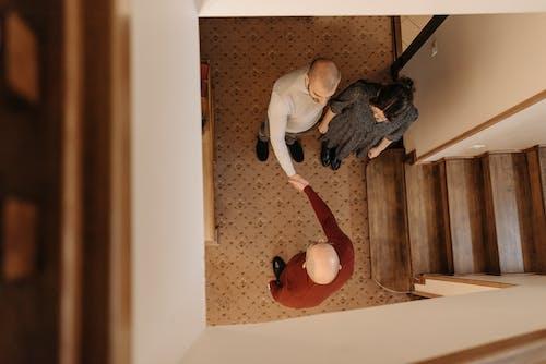 Foto stok gratis berjabat tangan, dalam ruangan, dari atas