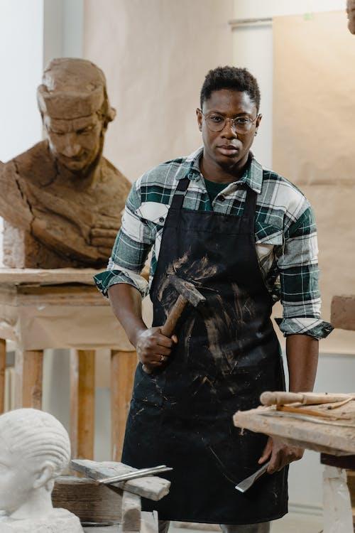 Kostenloses Stock Foto zu afrikanischer mann, bildhauer, fähigkeit