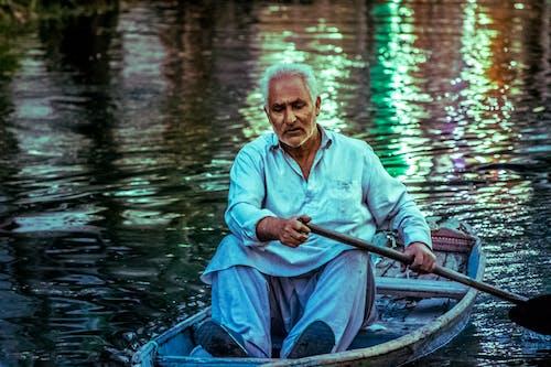 Gratis stockfoto met avond, bejaarde man, blauwe kleding, boot op water