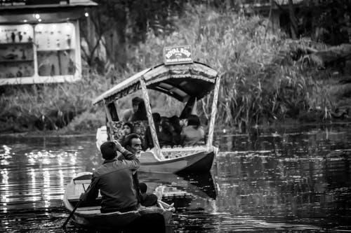 Gratis stockfoto met achtergrond, avond, bomen, boot op water