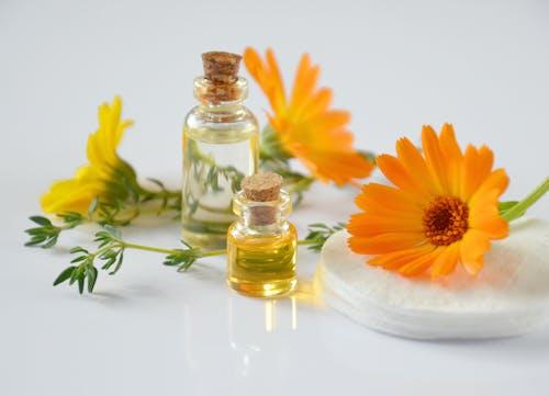 Kostenloses Stock Foto zu стеклянные бутылки, эфирные масла, травяная косметика, химия