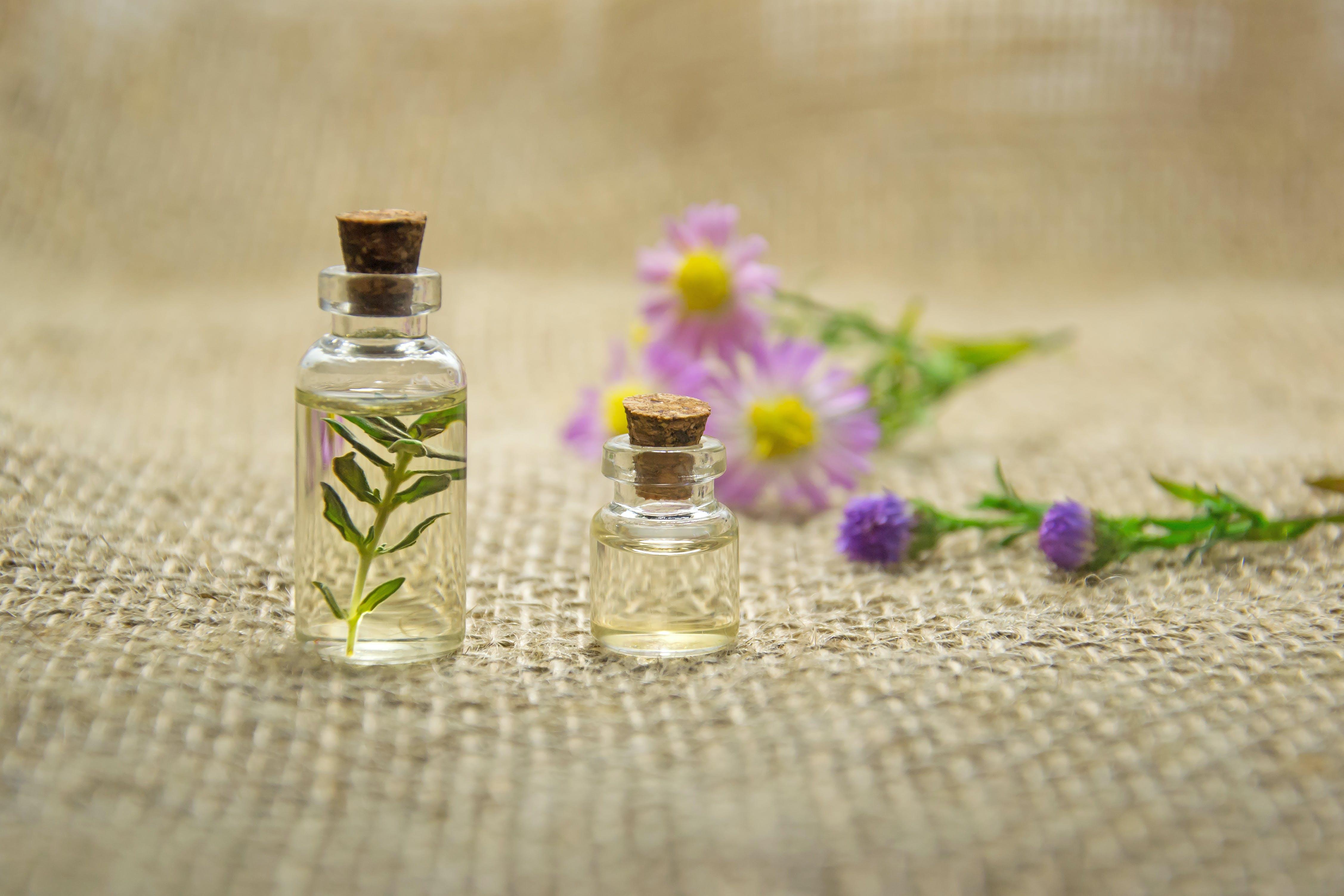 Kostenloses Stock Foto zu aromatherapie, blumen, duft, flaschen