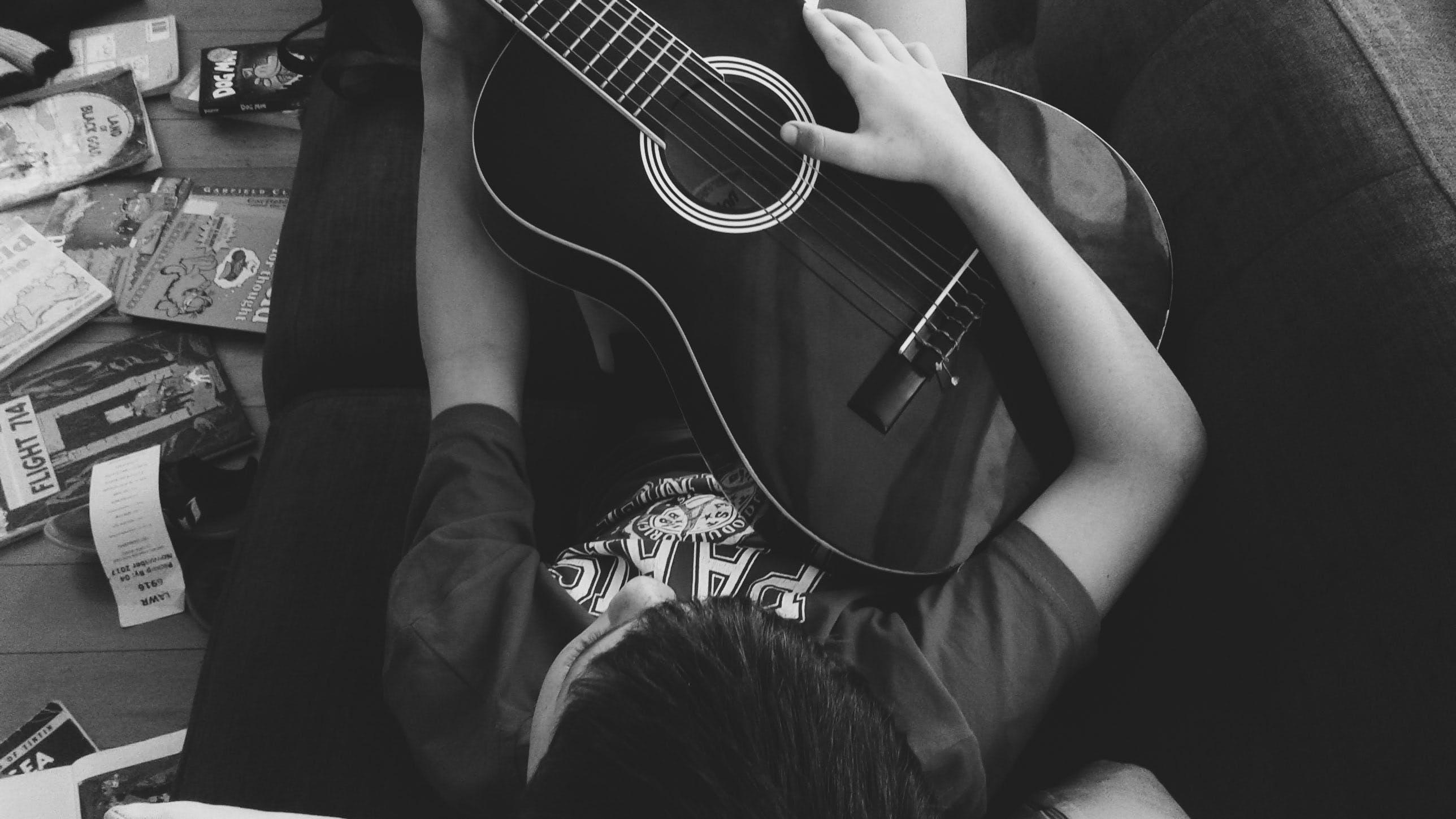 Kostenloses Stock Foto zu akustisch, akustische gitarre, boden, bücher