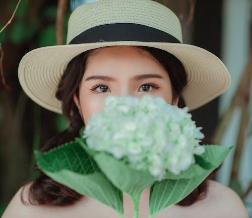 Kostnadsfri bild av attraktiv, blommor, flicka, fokus