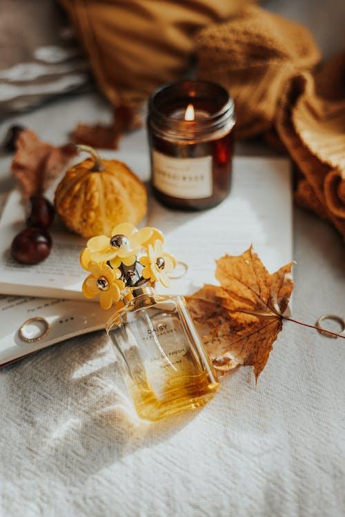 Foto stok gratis aromaterapi, botol parfum, buku-buku