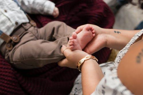 가을 가족, 남자 아기, 문신, 문신을 한 엄마의 무료 스톡 사진