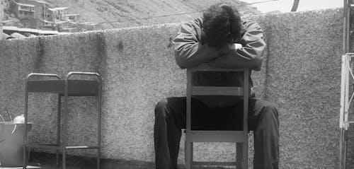Základová fotografie zdarma na téma černobílý, muži, odraz, sezení