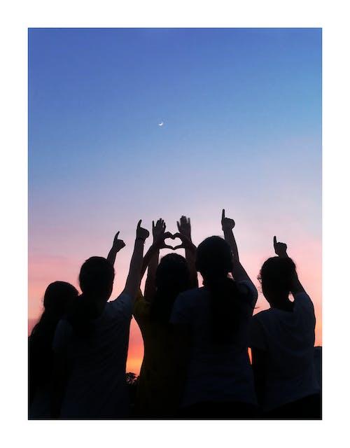 Foto stok gratis arti hidup, besties, kebahagiaan, matahari terbenam