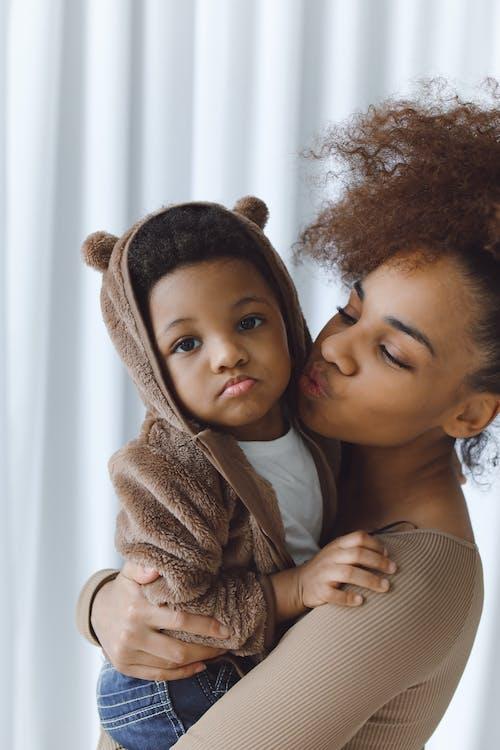 Gratis stockfoto met aanbiddelijk, affectie, afro-amerikaans kind