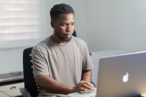 Základová fotografie zdarma na téma apple, černoch pomocí počítače, černoch v kanceláři