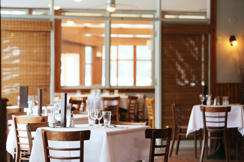 Kostenloses Stock Foto zu restaurant, tabellen, stühle, leer