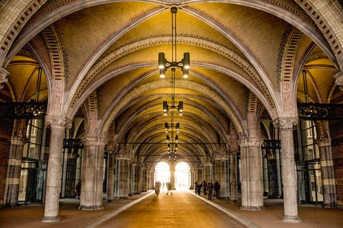 bina, kemerler, kolonlar içeren Ücretsiz stok fotoğraf
