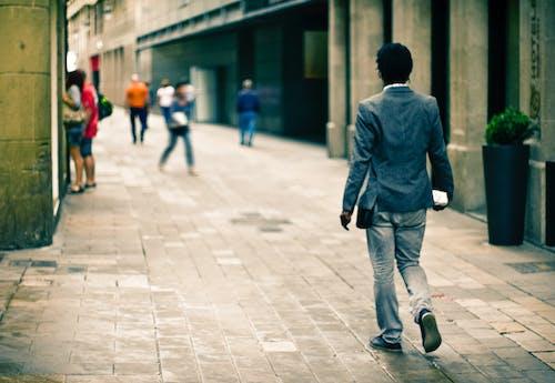 Foto profissional grátis de adulto, andando, arquitetura, calçamento