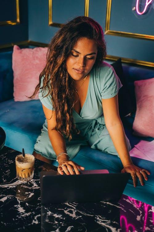Безкоштовне стокове фото на тему «електроніка, жінка, Кава»