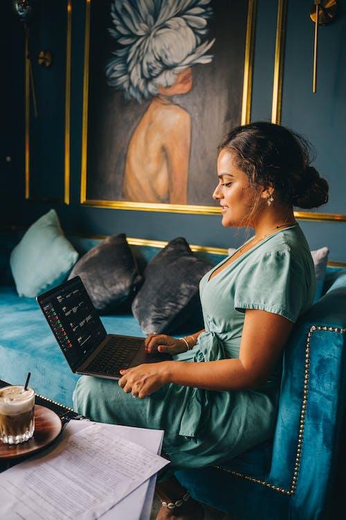 Fotos de stock gratuitas de de perfil, mujer, sentado